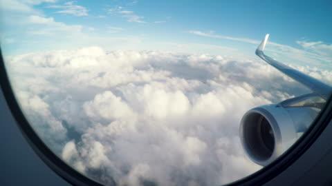 vidéos et rushes de avion volant légèrement au-dessus des nuages - avion