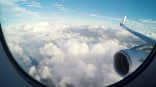 aereo che vola leggermente sopra le nuvole - aeroplano video stock e b–roll