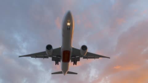 vidéos et rushes de prenez impressionnant avion off / atterrissage survolés au crépuscule, 4k - avion