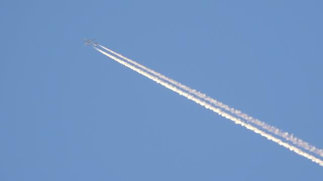 airplane in blue sky - traccia video stock e b–roll