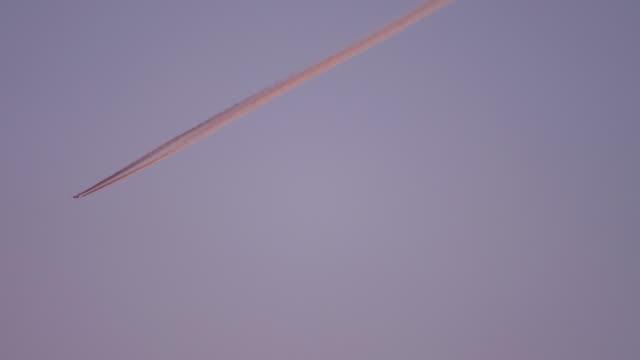 空の飛行機、夕日の太陽の反射 ビデオ