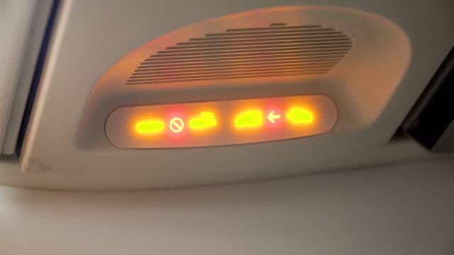 비행기 인테리어, 비행기에 표시 - airplane seat 스톡 비디오 및 b-롤 화면