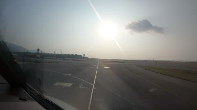 O avião está movendo-se no aeródromo - vídeo
