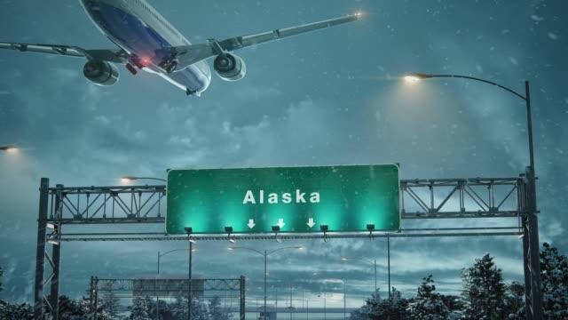 airplane landing alaska in christmas - alaska stato usa video stock e b–roll