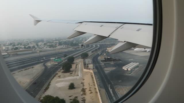 airplane landing at dubai airport - lądować filmów i materiałów b-roll