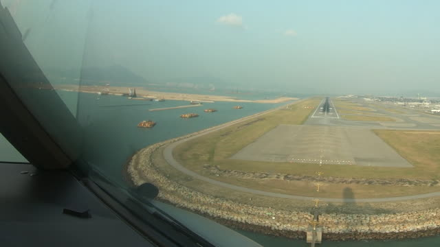 Aterragem do avião no Aeroporto Internacional de Hong Kong - vídeo