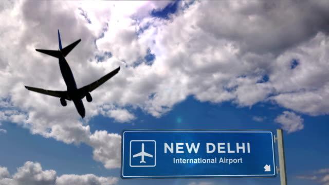 vídeos de stock, filmes e b-roll de aterragem do avião em nova deli - nova delhi