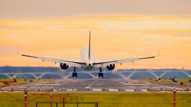 lądowanie samolotu na lotnisku narodowym reagana washington dc d.c. wersja 24p - lądować filmów i materiałów b-roll
