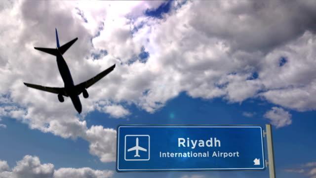 stockvideo's en b-roll-footage met vliegtuig landing in riyadh - riyad