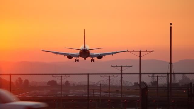 hd lądowanie samolotu o zachodzie słońca - lądować filmów i materiałów b-roll