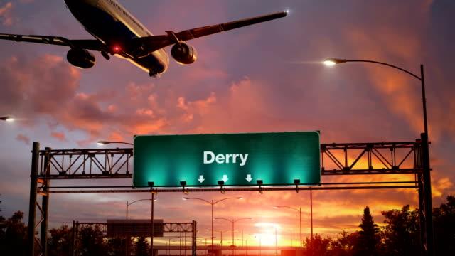 airplane landing derry during a wonderful sunrise - графство дерри стоковые видео и кадры b-roll