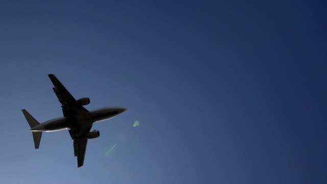 Airplane landing. Flugzeug im Landeanflug am Abend in Zeitlupe video