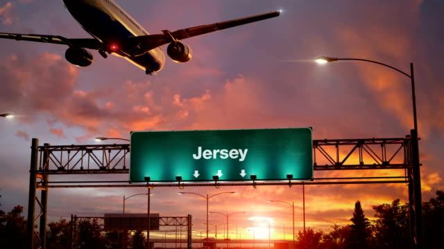 flugzeug landung jersey bei einem wunderschönen sonnenaufgang - kapitell stock-videos und b-roll-filmmaterial