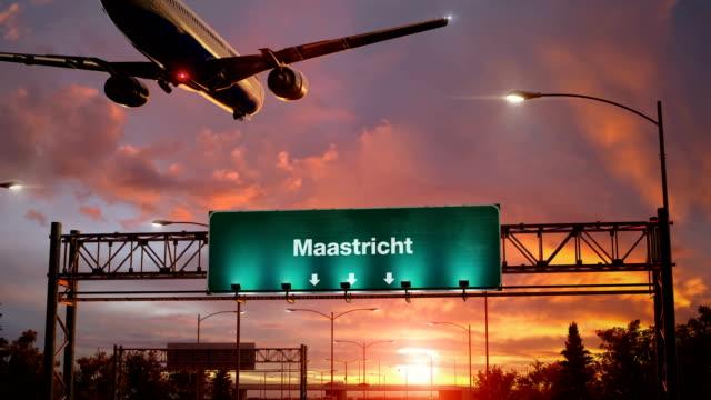 stockvideo's en b-roll-footage met vliegtuig landing maastricht tijdens een prachtige zonsopgang - maastricht