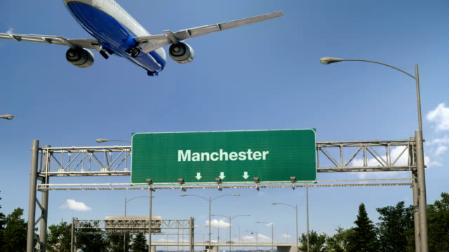 airplane landing manchester - manchester inghilterra video stock e b–roll
