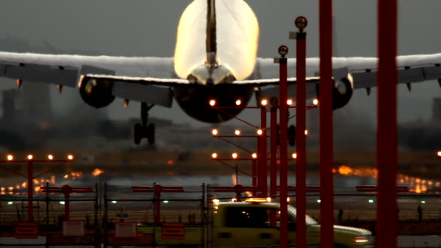 HD Avion atterrissant sur les pistes - Vidéo