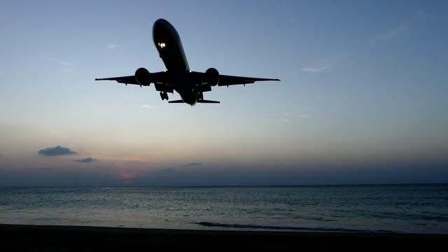 Avión aterrizando sobre mar de Phuket, Tailandia - vídeo