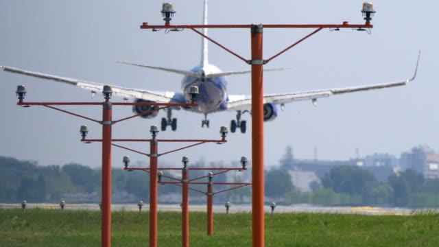 airplane landing overhead in 4k slow motion 60fps - lądować filmów i materiałów b-roll