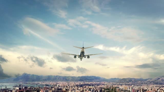 airplane landing palermo italy - palermo città video stock e b–roll