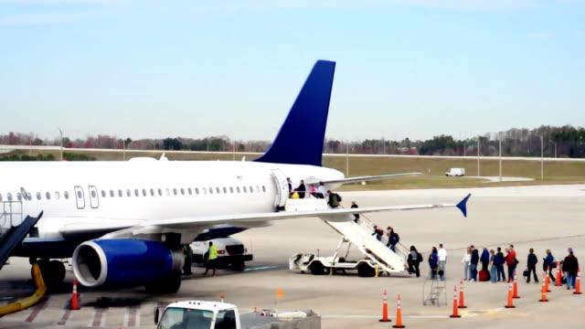 vídeos de stock e filmes b-roll de avião de passageiros - alfalto