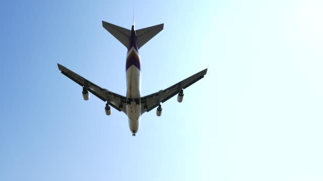 vídeos de stock, filmes e b-roll de avião passar acima da cabeça, 4 k (uhd - acima