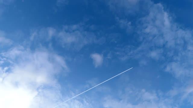 vídeos de stock, filmes e b-roll de avião passando no céu - largo descrição geral