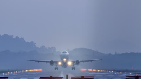 vidéos et rushes de avion décollage au coucher du soleil. - avion
