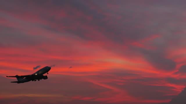 飛行機の離陸時刻の夕暮れ - 飛行機点の映像素材/bロール