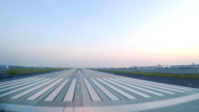 飛行機離陸 jfk ニューヨーク (pov) - ファストモーション点の映像素材/bロール