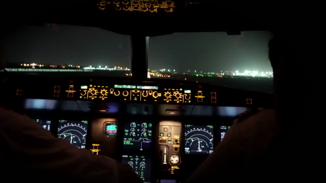 vidéos et rushes de décollage d'avion à new delhi (cockpit pov) - cockpit
