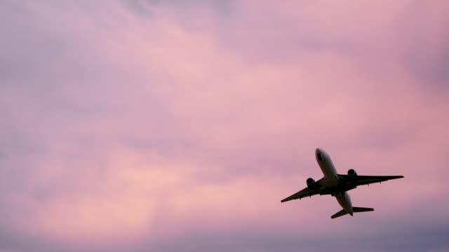 aereo decolla sochi adler - aeroplano video stock e b–roll