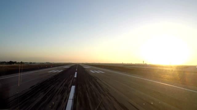 飛行機は離陸 (pov) - 飛行機点の映像素材/bロール