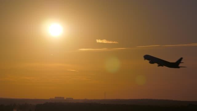 vídeos de stock e filmes b-roll de airplane takeoff at sunset - remover