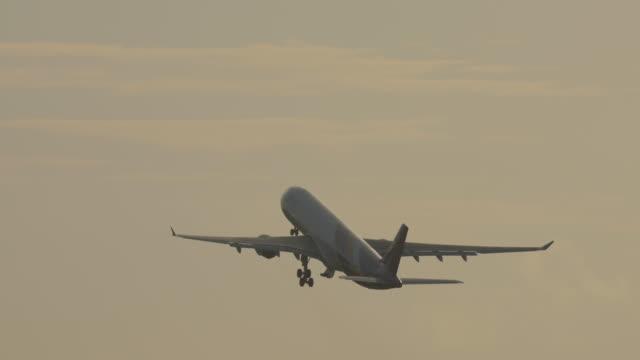 飛行機が離陸して登る ビデオ