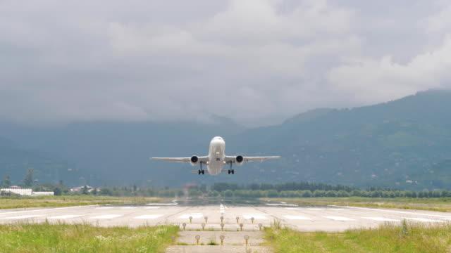 flugzeug hebt ab vom flughafen in bergen - georgien - entfernt stock-videos und b-roll-filmmaterial