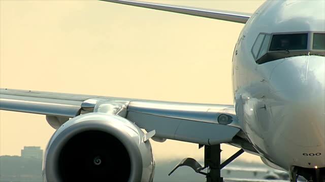uçak taksi ve pist için döner - orta plan plan türleri stok videoları ve detay görüntü çekimi