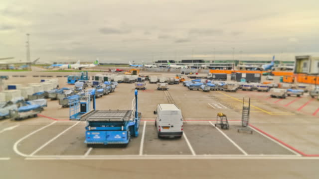 stockvideo's en b-roll-footage met airplane time lapse airport - airport pickup