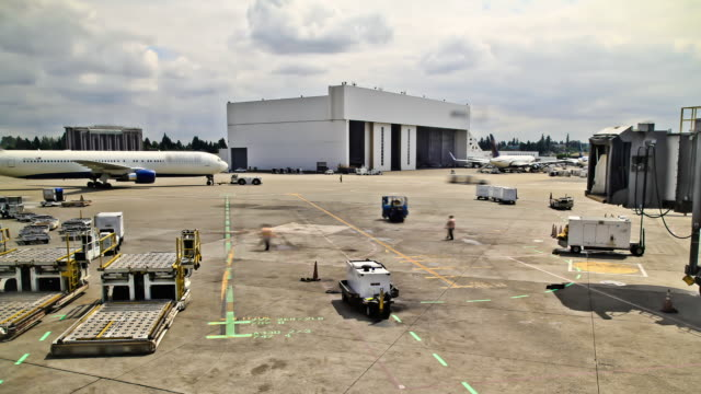 stockvideo's en b-roll-footage met airplane time lapse at gate - airport pickup