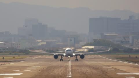 vidéos et rushes de avion de décoller de la piste - fix - avion