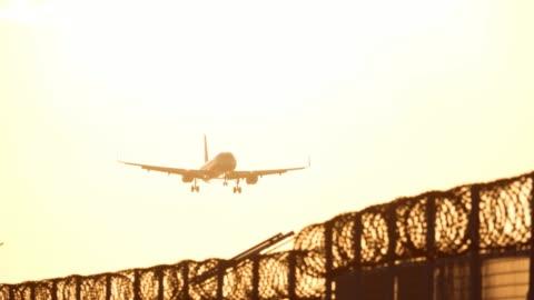 vidéos et rushes de avion touché au coucher du soleil - glisser