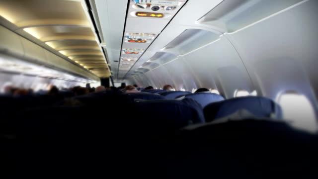 비행기 여행. 승객이 항공기 비행 중에 - airplane seat 스톡 비디오 및 b-롤 화면