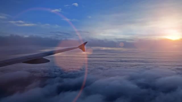 airplane wing and sky view from window at dusk - skrzydło samolotu filmów i materiałów b-roll