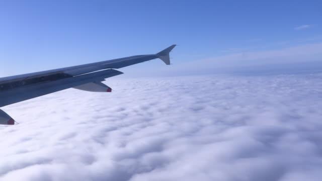 airplane wing flying - skrzydło samolotu filmów i materiałów b-roll