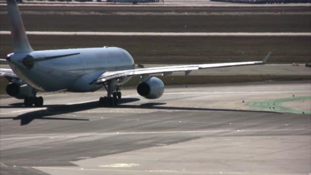 flugzeug auf der startbahn, warten auf abflug flughafen asphalt (hd - asphalt stock-videos und b-roll-filmmaterial