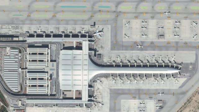 항공기, 터미널 건물 및 활주로 공항 공중 평면도 - 공항 스톡 비디오 및 b-롤 화면