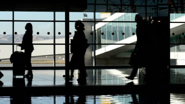аэропорт коридор - аэровокзал стоковые видео и кадры b-roll
