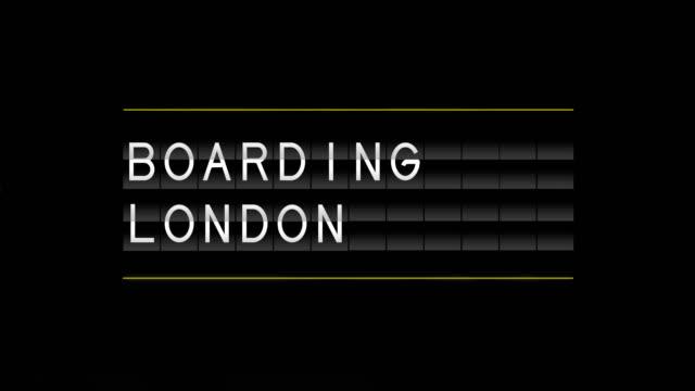 airport departure board and boarding london - wchodzić na pokład filmów i materiałów b-roll