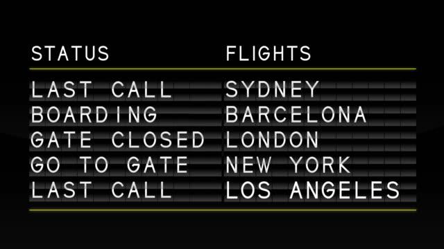 airport departure board - табло вылетов и прилётов стоковые видео и кадры b-roll