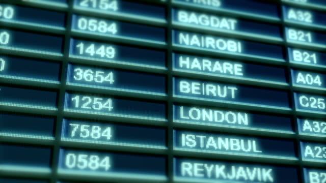 аэропорт отправления доска - табло вылетов и прилётов стоковые видео и кадры b-roll