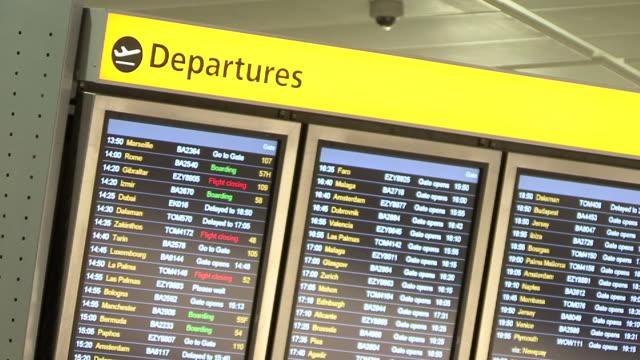 аэропорт depatures доска - табло вылетов и прилётов стоковые видео и кадры b-roll
